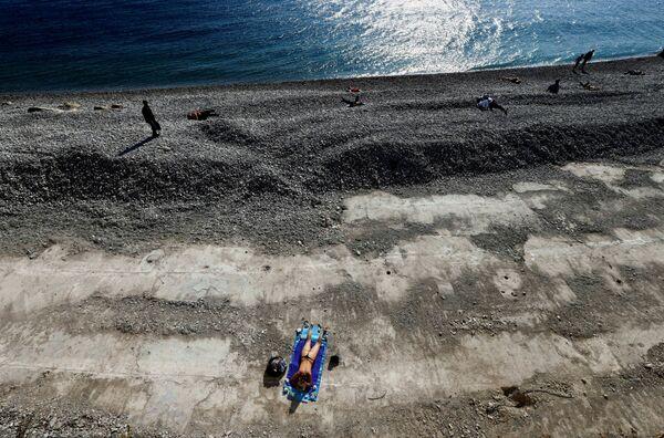 Žena se opaluje v Nice, Francie. - Sputnik Česká republika