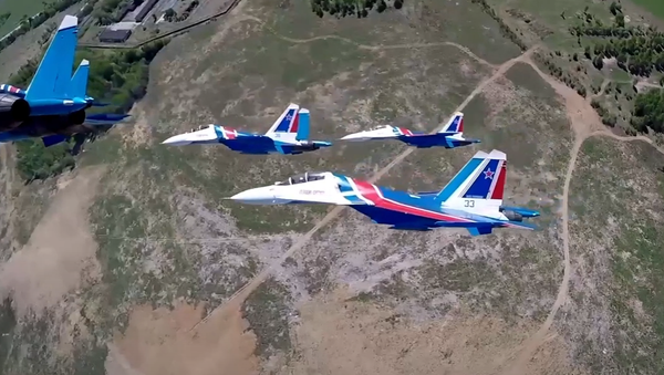 Unikátní letecká akrobatická skupina Russkije viťazi na stíhacích letounech předvádí prvky vyšší pilotáže - Sputnik Česká republika