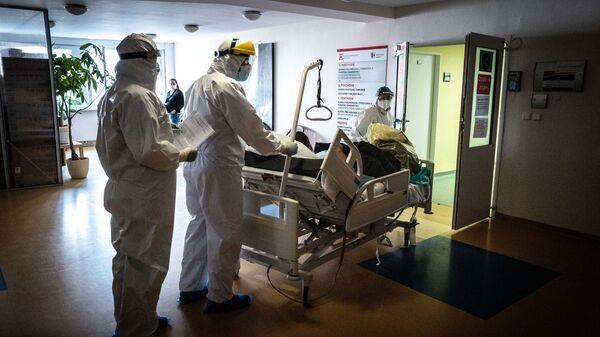 Lékaři transportují pacienta s koronavirem na pulmonologické oddělení nemocnice Ruzinov v Bratislavě - Sputnik Česká republika