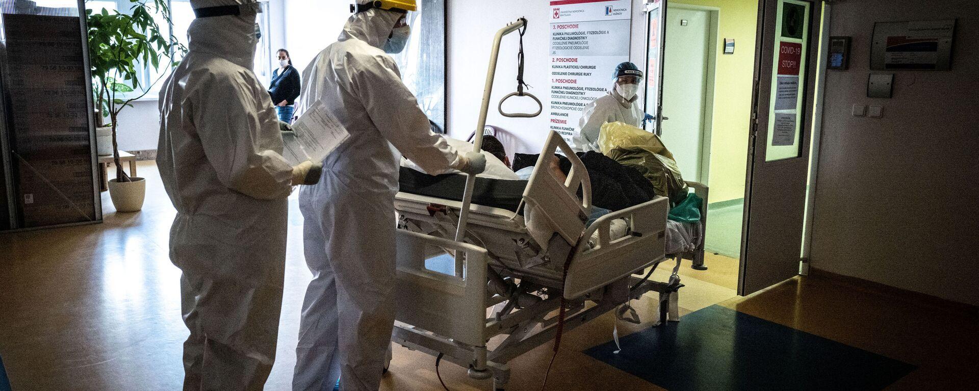 Lékaři transportují pacienta s koronavirem na pulmonologické oddělení nemocnice Ruzinov v Bratislavě - Sputnik Česká republika, 1920, 04.07.2021
