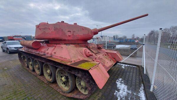 Růžový tank T 34/85 vlastněný obyvatelem Česka - Sputnik Česká republika