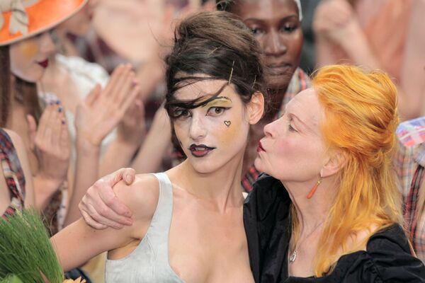 Britská návrhářka Vivienne Westwoodová líbá modelku po skončení módní přehlídky své kolekce prêt-à-porter jaro-léto 2011 v Paříži. - Sputnik Česká republika