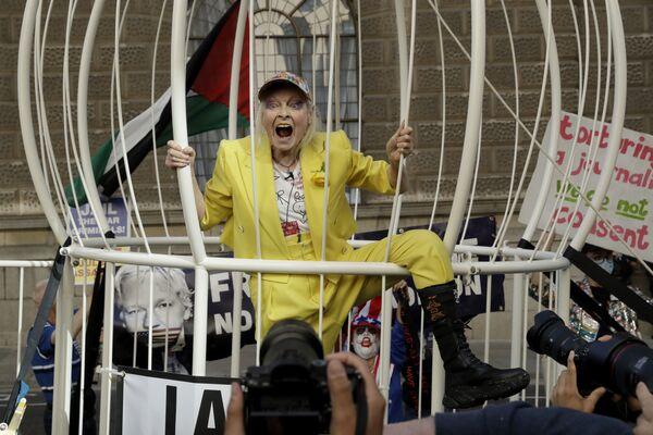 Návrhářka Vivienne Westwoodová v obrovské kleci na protestní akci proti vydání zakladatele WikiLeaks Juliana Assangea před budovou soudu Old Bailey v Londýně ve Velké Británii. - Sputnik Česká republika