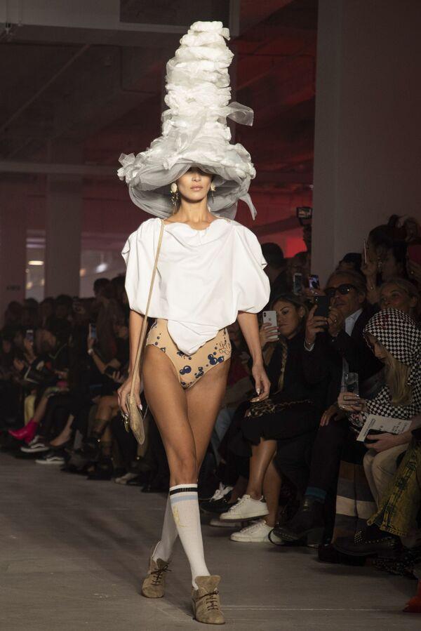 Modelka Bella Hadidová  předvádí dílo rukou Vivienne Westwoodové z kolekce Ready To Wear jaro-léto 2020 na přehlídce během pařížského týdnu módy.  - Sputnik Česká republika