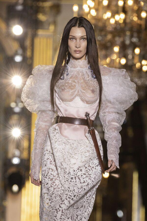 Modelka Bella Hadidová převádí návrhy Vivienne Westwoodové na týdnu ženské módy z kolekce podzim-zima 2020/21 v Paříži. - Sputnik Česká republika