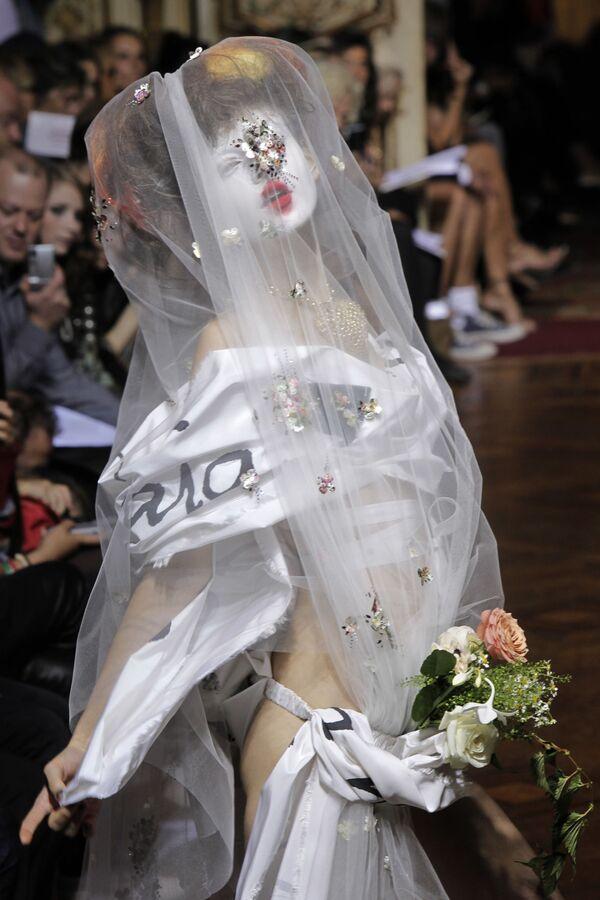 Modelka v extravagantním díle Vivienne Westwoodové z módní kolekce jaro-léto 2010, které bylo předvedeno v Paříži v roce 2009. - Sputnik Česká republika