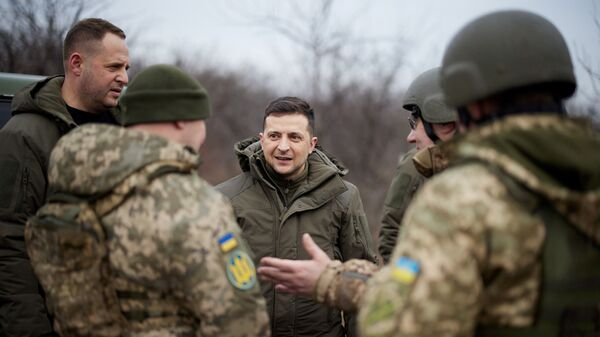 Prezident Ukrajiny Volodymyr Zelenskyj jedná s ukrajinskými vojáky - Sputnik Česká republika