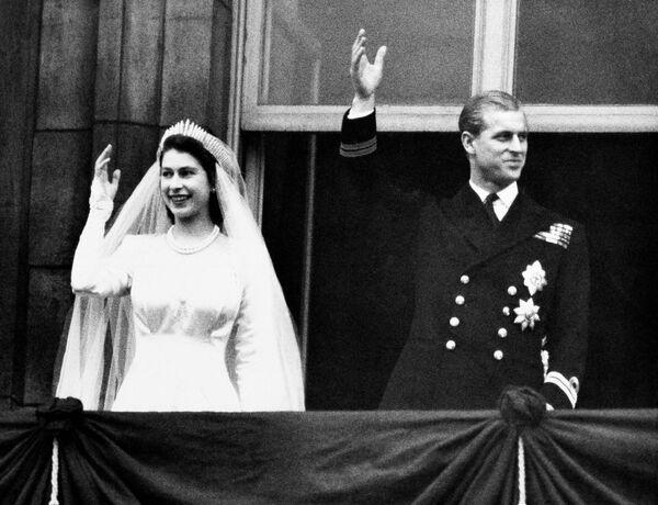 Britská královna Alžběta II. a princ Philip ve svatební den v Londýně v roce 1947 - Sputnik Česká republika