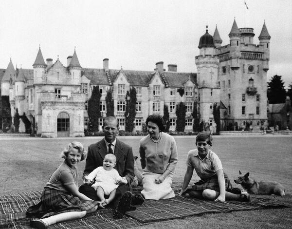 Anglická královna Alžběta II. a její manžel princ Philip a jejich tři děti na zámku Balmoral - Sputnik Česká republika