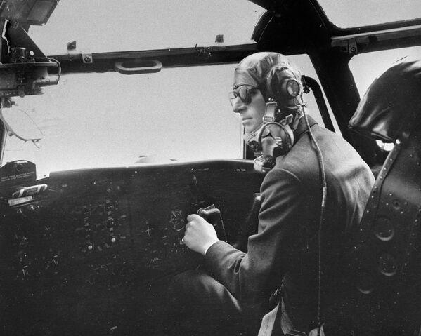 Princ Philip, vévoda z Edinburghu, během pilotování leteckého stroje Blackburn  - Sputnik Česká republika