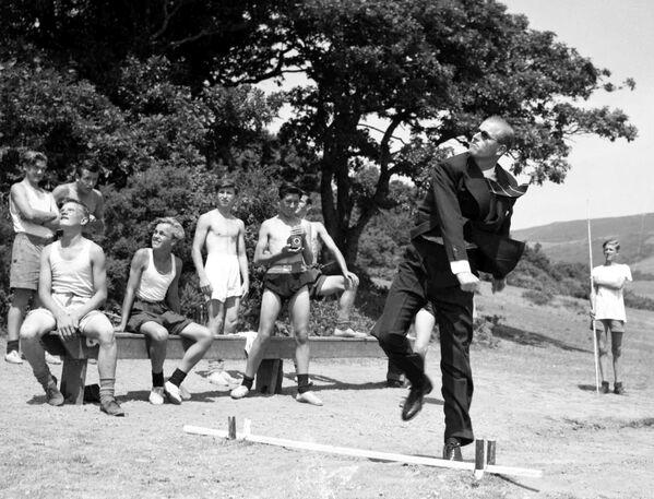 Princ Philip, vévoda z Edinburghu, hází kopí, když byl na návštěvě námořní školy ve Walesu v roce 1949 - Sputnik Česká republika