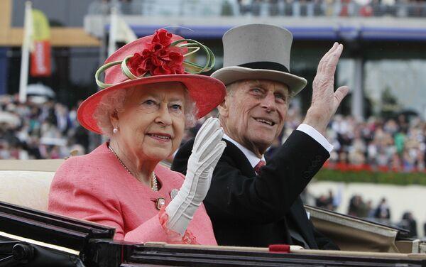 Britská královna Alžběta II. a princ Philip dorazili na dostihy Royal Ascot v Ascotu - Sputnik Česká republika