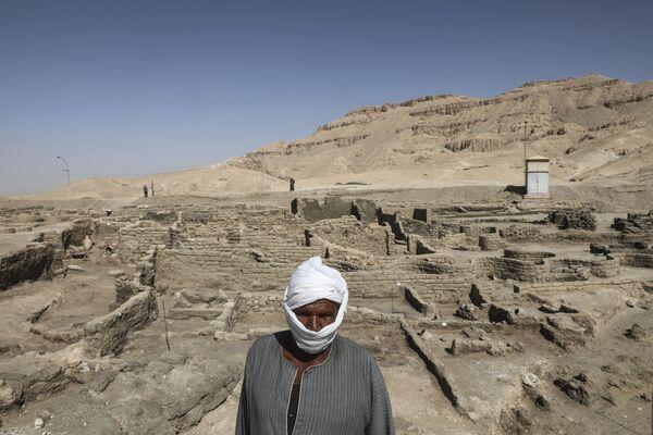 Nově objevené město se nachází mezi chrámem faraona Ramsese III. a kolosy Amenhotepa III. na západním břehu Nilu. Město existovalo také za vlády vnuka Amenhotepa III. Tutanchamona i během vlády jeho nástupce Ay.  - Sputnik Česká republika