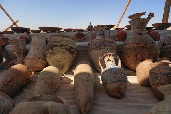 Archeologové objevili na místě také velké množství různých nádob. - Sputnik Česká republika