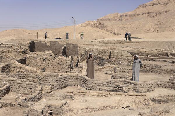 Pohled z dálky na nedávno nalezené zlaté město, které se nachází na západním břehu Nilu poblíž Luxoru. - Sputnik Česká republika