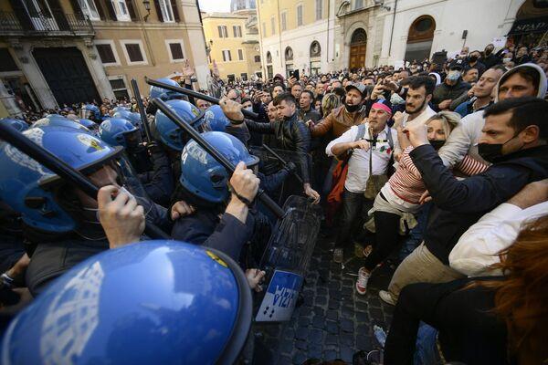 Policie používá obušky proti demonstrantům během střetů, když se majitelé malých podniků shromažďovali před parlamentem v Římě - Sputnik Česká republika