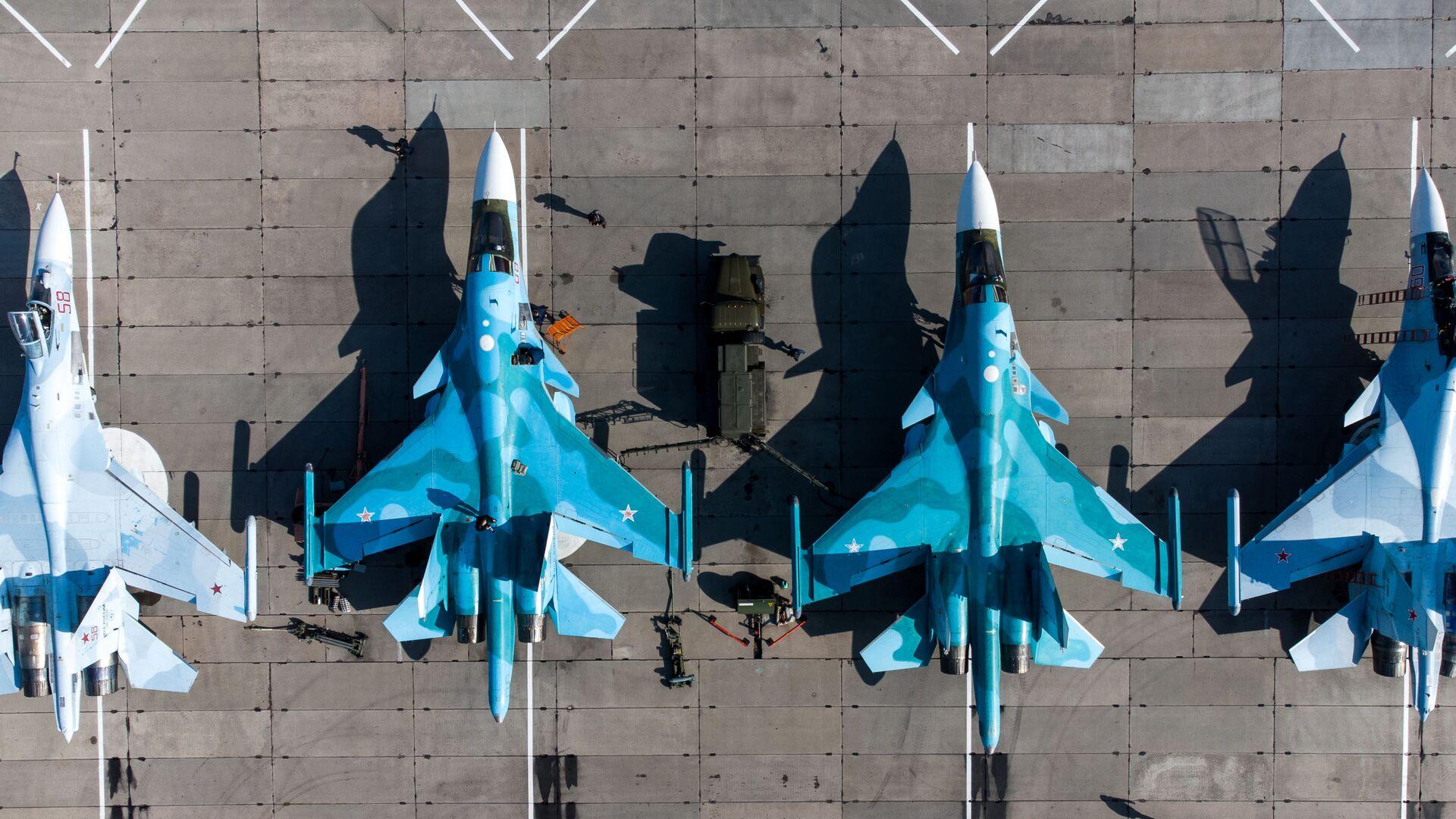 Фронтовые бомбардировщики Су-24, многоцелевые истребители Су-30СМ и истребители-бомбардировщики Су-34 на конкурсе Авиадартс-2021 - Sputnik Česká republika, 1920, 13.07.2021