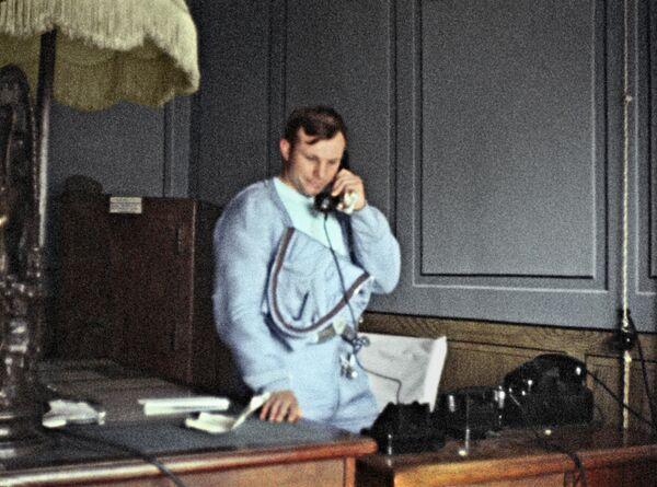 Kosmonaut Jurij Gagarin telefonicky informuje prvního tajemníka ústředního výboru KSSS Nikitu Sergejeviče Chruščova o úspěšném dokončení vesmírného letu, 1961. - Sputnik Česká republika