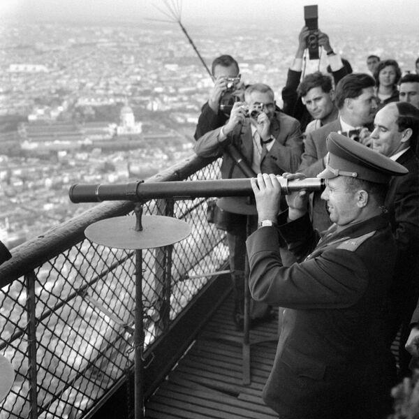 Kosmonaut Jurij Gagarin při návštěvě Eiffelovy věže v Paříži. - Sputnik Česká republika
