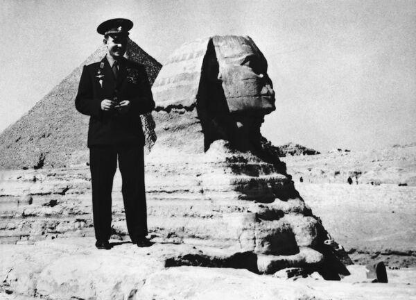 Kosmonaut Jurij Gagarin u pyramid v Gíze v Egyptě. - Sputnik Česká republika