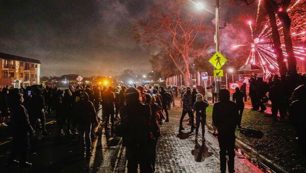 Rabování, Národní garda a slzný plyn. Obyvatelé Minneapolisu vyšli do ulic poté, co policistka zastřelila černocha - Sputnik Česká republika