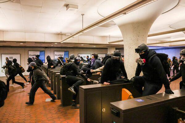 Demonstranti v metru v Minneapolisu po vraždě Daunteho Wrighta. - Sputnik Česká republika