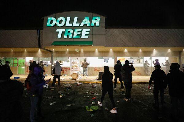 Demonstranti u supermarketu v Minneapolisu po vraždě Daunteho Wrighta. - Sputnik Česká republika