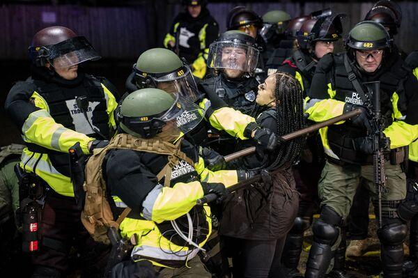 Zatčení demonstranta v Minnesotě po útoku na Daunteho Wrighta. - Sputnik Česká republika