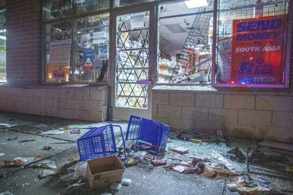 Rozbité výlohy obchodu v centru města Brooklyn Center v Minnesotě. - Sputnik Česká republika