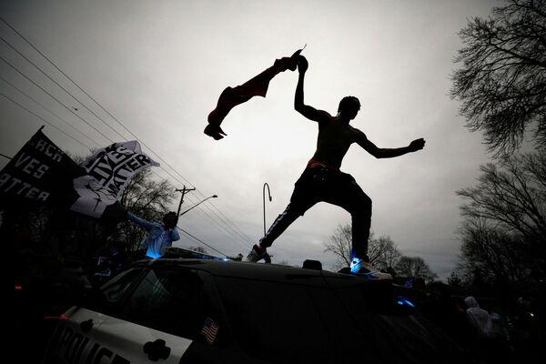 Demonstranti v Minnesotě  po vraždě Daunteho Wrighta. - Sputnik Česká republika
