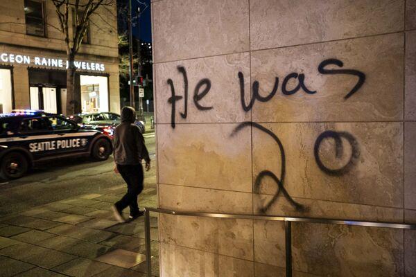 Graffiti na zdi v Seattlu po vraždě Daunteho Wrighta. - Sputnik Česká republika