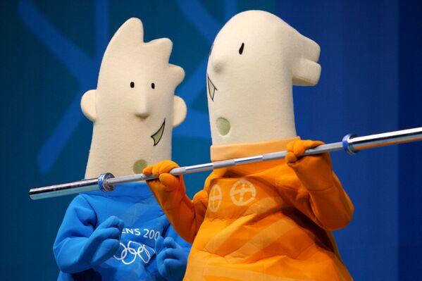 Olympijské maskoty Athena (vpravo) a Fevos během Letních olympijských her 2004 v Aténách. - Sputnik Česká republika
