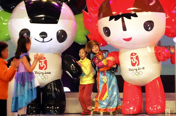 Děti tančí s maskoty Olympijských her v Pekingu v roce 2008. - Sputnik Česká republika