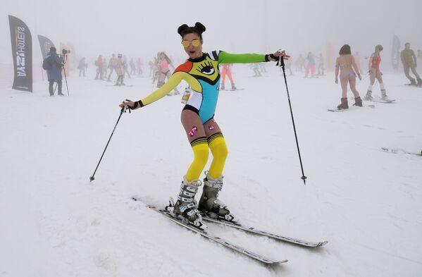 Účastníkům nevadila ani zatažená obloha a mlha. Zmiňme, že během karnevalu byla teplota vzduchu v horách pouze 8 stupňů Celsia. - Sputnik Česká republika