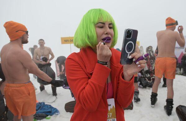 Letos se také poprvé konal online sjezd lyžařů s snowbordistů v plavkách. - Sputnik Česká republika
