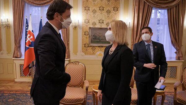 Slovenský premiér Eduard Heger a velvyslankyně USA na Slovensku Bridget A. Brink - Sputnik Česká republika