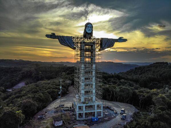 Instalace nové sochy Ježíše Krista v brazilském městě Encantado 9. dubna 2021. - Sputnik Česká republika