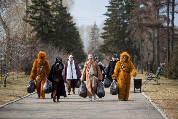 Dobrovolníci v kostýmech Hvězdných válek během čištění ulic, věnovanému 60. výročí prvního letu člověka do vesmíru v ruském městě Irkutsk.  - Sputnik Česká republika