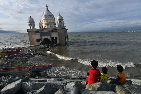 Děti vedle mešity během posvátného měsíce a postu Ramadán v Indonésii. - Sputnik Česká republika