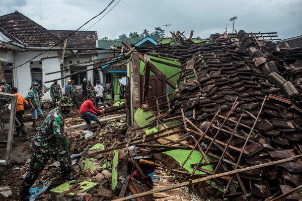 Indonéští vojáci a obyvatelé Malangu ve Východní Jávě kontrolují své domy po zemětřesení.  - Sputnik Česká republika