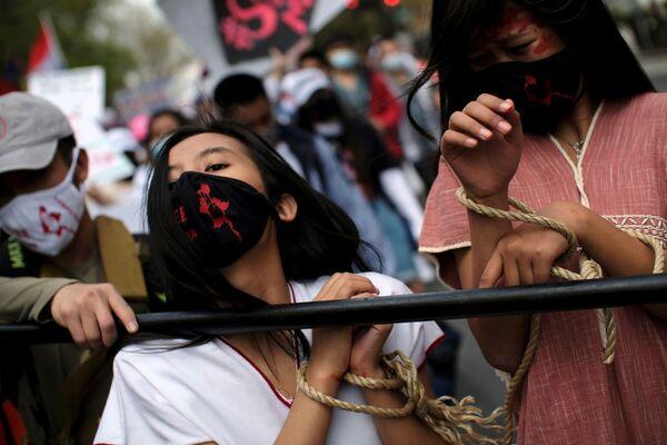 Aktivisté protestující před velvyslanectvím Myanmaru ve Washingtonu.  - Sputnik Česká republika