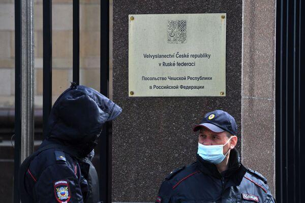 Strážci zákona poblíž budovy Velvyslanectví České republiky v Moskvě - Sputnik Česká republika