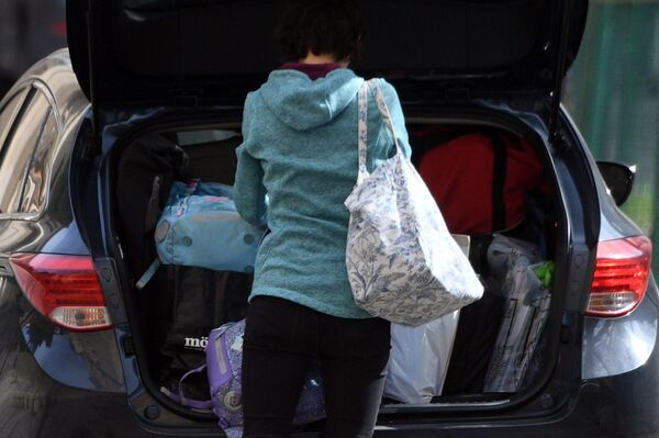 Zaměstnankyně českého velvyslanectví v Ruské federaci dává věci do auta v Moskvě - Sputnik Česká republika