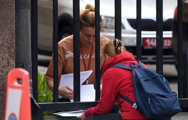 Ženy komunikují přes plot na českém velvyslanectví v Moskvě - Sputnik Česká republika