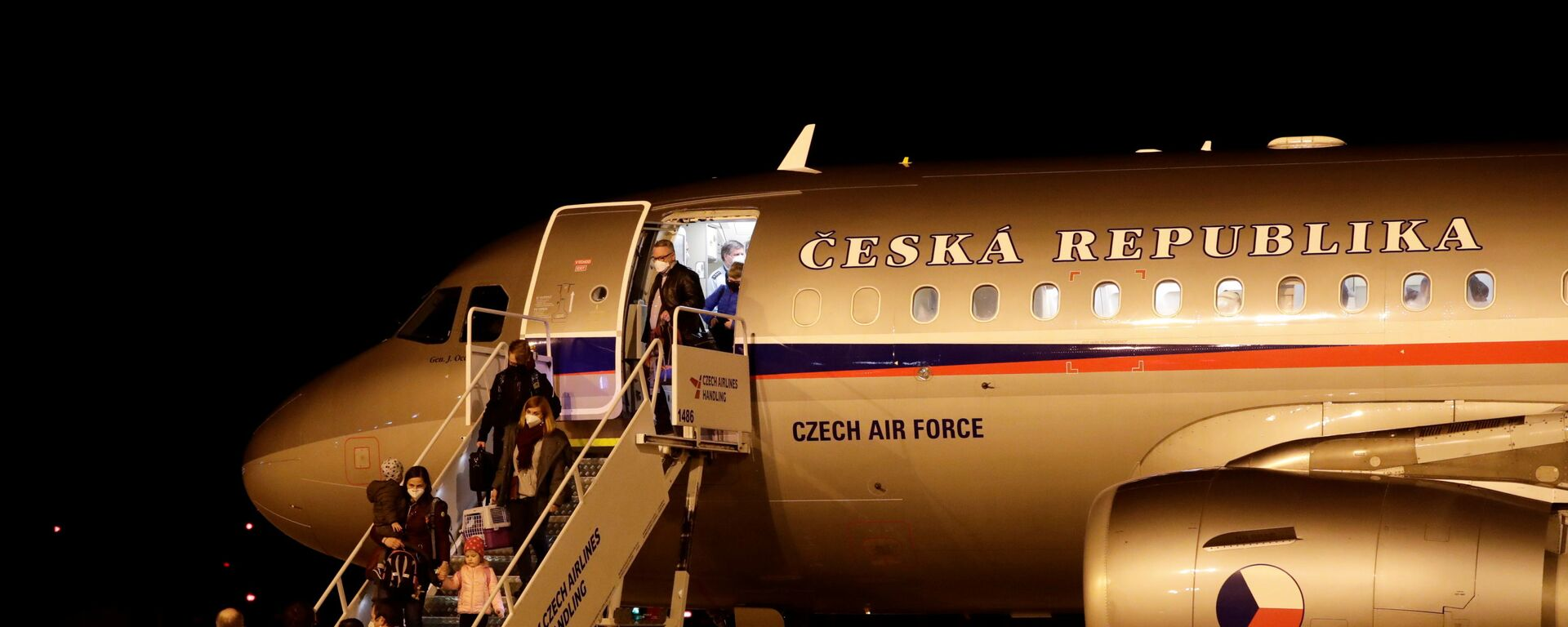 Čeští diplomaté vyhoštěni z Ruska dorazili na letiště Václava Havla v Praze - Sputnik Česká republika, 1920, 20.04.2021