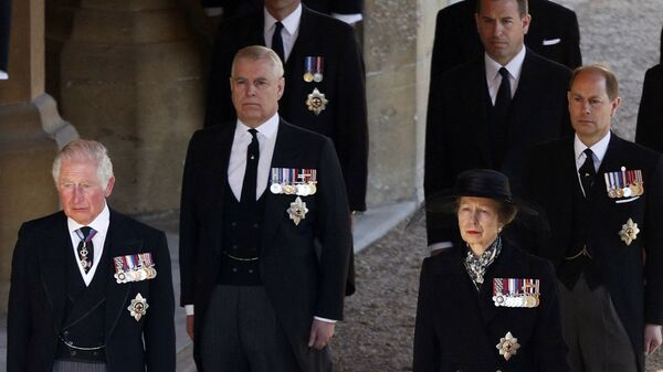 Принц Чарльз, принцесса Анна, принц Эндрю, принц Эдуард, принц Уильям, Питер Филлипс на похоронах принца Филиппа - Sputnik Česká republika