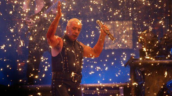 Лидер немецкой группы Rammstein Тилль Линдеманн во время выступления. Архивное фото - Sputnik Česká republika