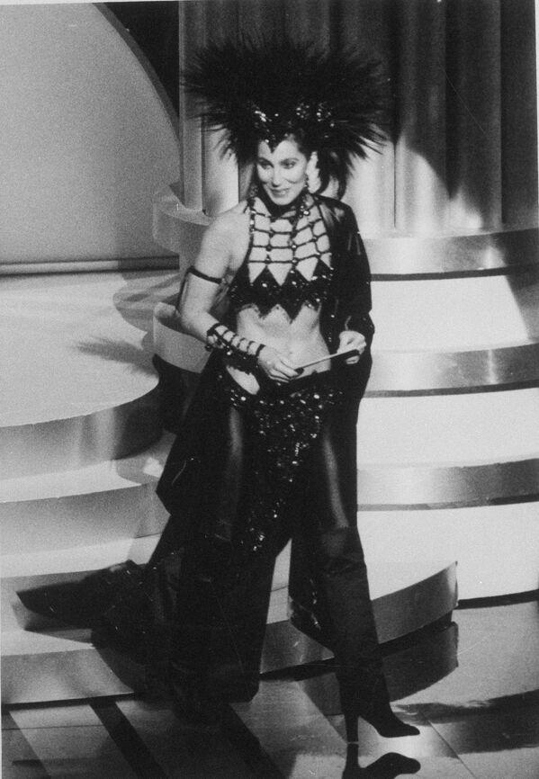 Herečka a zpěvačka Cher v díle návrháře Boba Mackieho na předávání Oscarů v Los Angeles v roce 1986 - Sputnik Česká republika
