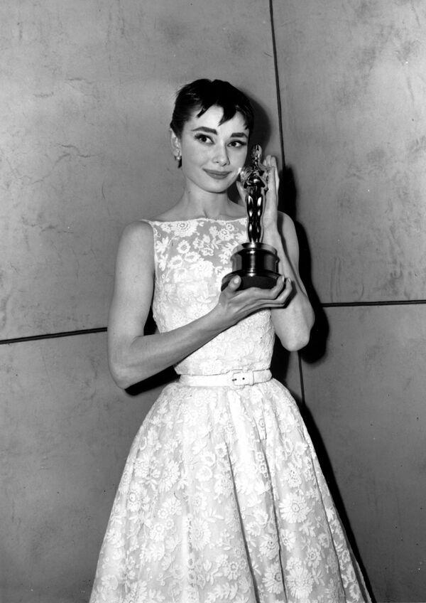Držitelka Oscara Audrey Hepburnová pózuje se svou soškou na 26. ročníku předávání Oscarů v New Yorku dne 25. března 1954. Hepburnová získala cenu za nejlepší ženský herecký výkon ve filmu Prázdniny v Římě - Sputnik Česká republika