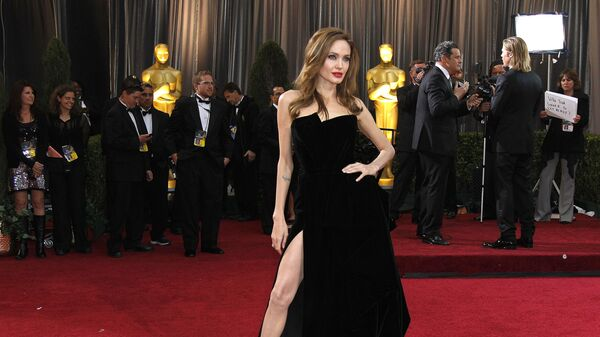 Актриса Анджелина Джоли на красной дорожке церемонии вручения Оскар, 2012 год - Sputnik Česká republika